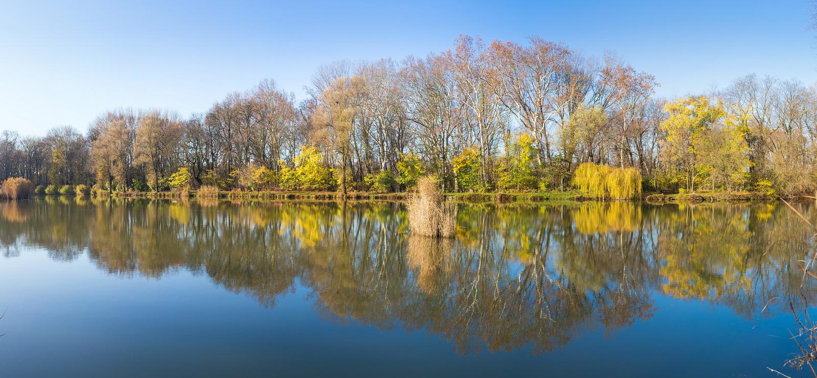 Váci Liget-tó panorámakép ősszel